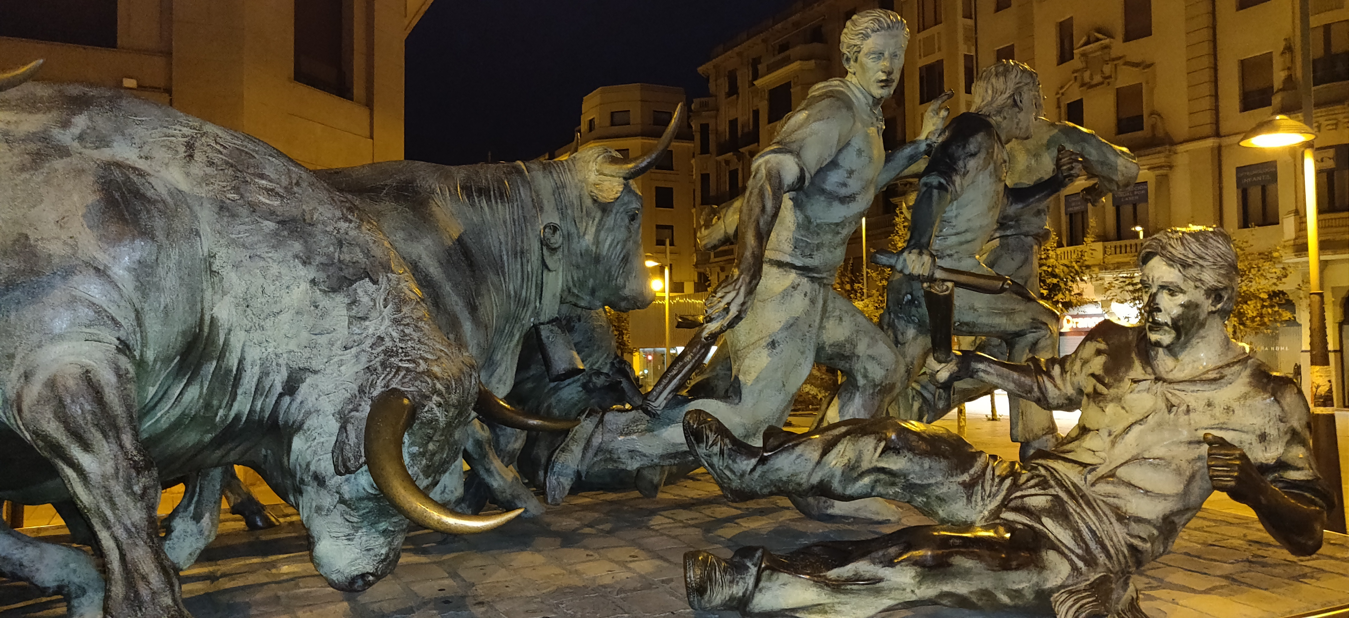 standbeeld stierenloop Pamplona